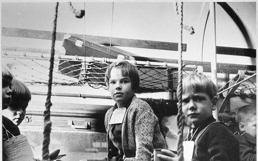 Piti esittää reipasta, vaikka oli ikävä äitiä – tällaista oli suomalaisten sotalasten elämä