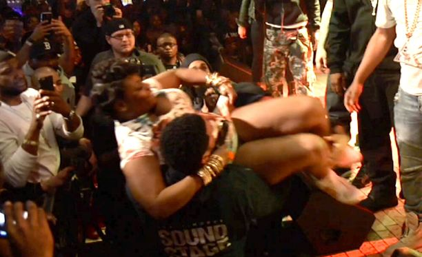 Nainen nostettiin tapauksen jälkeen lavalle.