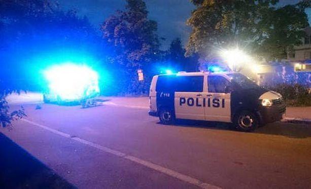 Mellunmäen ampumatapausta oli selvittämässä yöllä useita poliisipartioita.