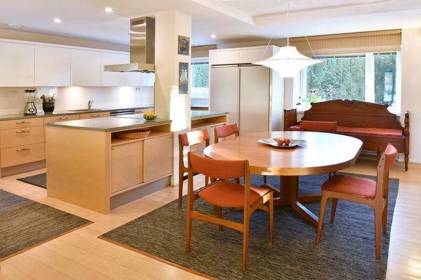 Kodissa on 560 neliötä ja kahdeksan huonetta. Sisustus on hyvin yhtenäinen ja sitä hallitsee puu.
