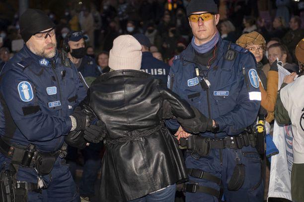 Poliisi kantoi ja talutti keskiviikkoiltana elokapinalaisia pois Mannerheimintieltä.