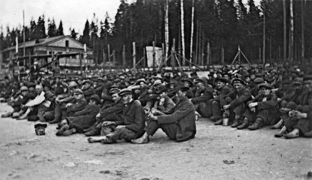 Juho Lindstén oli yksi niistä noin 80000 ihmisestä, jotka jäivät valkoisen voittajan vangeiksi sisällissodan päättyessä. Kuva Riihimäen vankileiriltä.