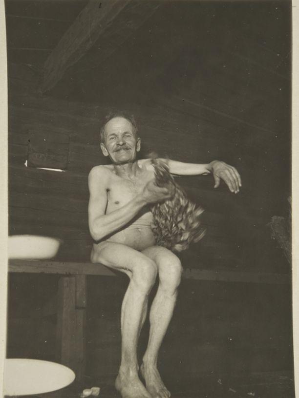 Kuvassa räätäli Jooseppi Raatikainen näyttää terveellisen saunomisen mallia 20-luvulla.