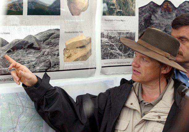 Semir Osmanagić esitteli väitettyjä pyramidilöydöksiään vuonna 2006.