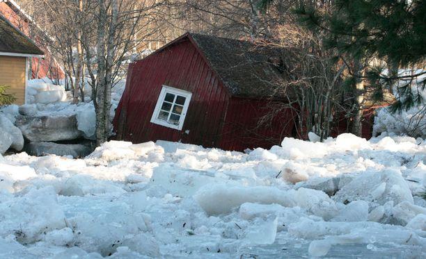 Tulvan mukana tulleet jäälohkareet runtelivat asuintaloja, saunarakennuksia ja vajoja.