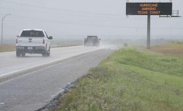 Teksasin rannikkoseudun asukkaita on lähtenyt kodeistaan hengenvaarallisen Harvey-hurrikaanin tieltä.