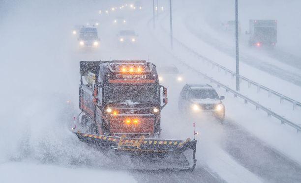 Tiekarhuille tulee käyttöä, kun lumisateet iskevät torstaina. Keskiviikkona sateet jäävät torstaita vähäisimmiksi.