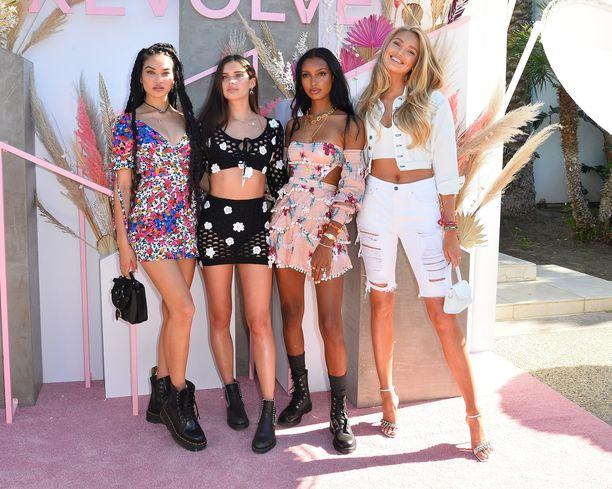 Victoria's Secret -malleista muun muassa Sara Sampaio, Jasmine Tookes ja Romee Strijd näyttäytyivät Coachellan Revolve-juhlissa.