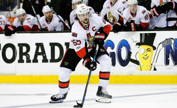 Erik Karlsson pelasi koko Boston-sarjan hiusmurtumia jalkaterässään.