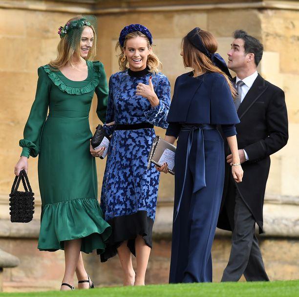 Prinssi Harryn ex-tyttöystävä Cressida Bonas (keskellä) saapui häihin hymyillen ystäviensä kanssa. Seurue lukeutuu häiden muodikkaimpiin: erityisesti perinteisestä poikkeavat päähineet ovat kiinnostava yksityiskohta. Tyylikästä ja trendikästä!