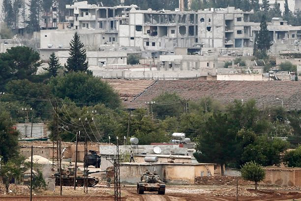 Turkin armeija on pysynyt asemissa rajan toisella puolella. Kobane on kolmesta suunnasta Isisin saartama, pohjoisessa kaupunki on käytännössä kiinni Turkin rajassa.