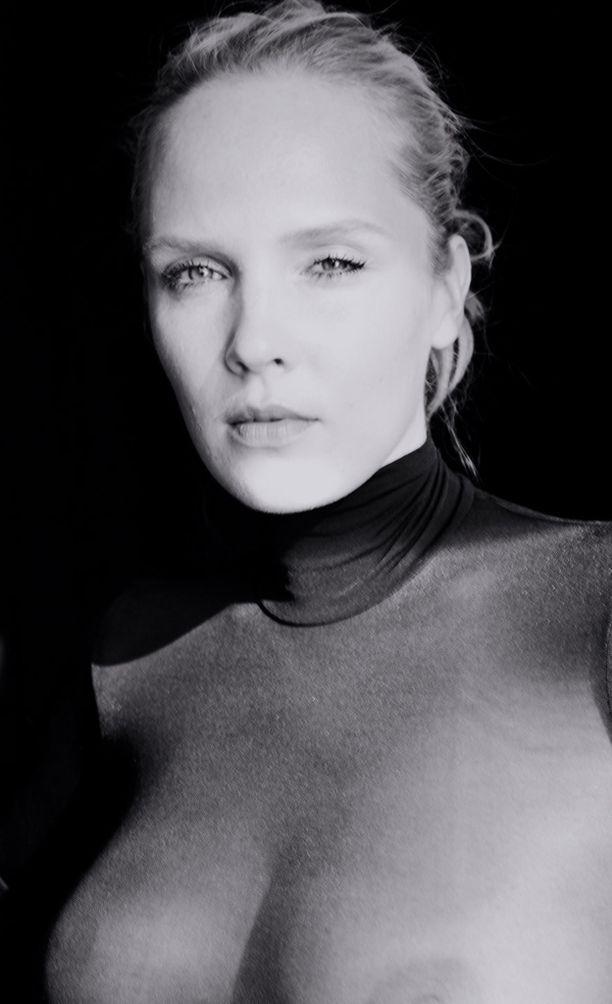Kolmenkympin kriisistä laulanut Titta poseeraa läpinäkyvässä paidassa.