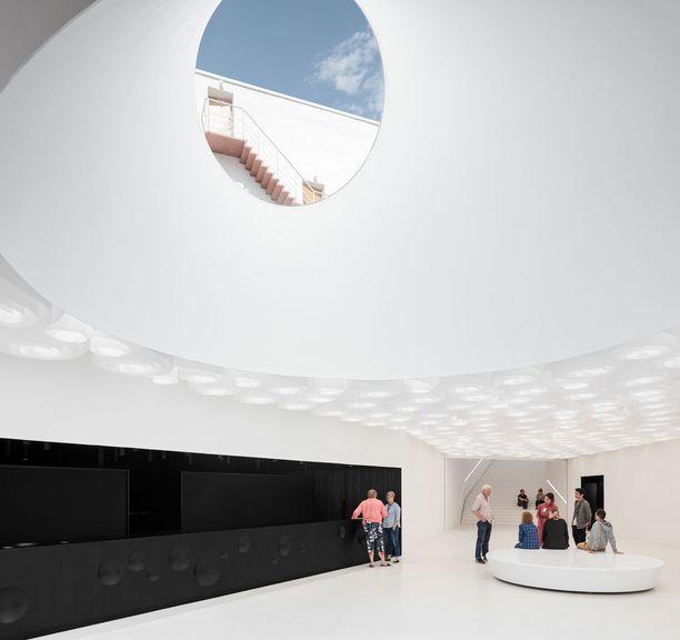 Museon uudisrakennuksen on suunnitellut arkkitehtitoimisto JKMM. Tilat ovat maan alla.