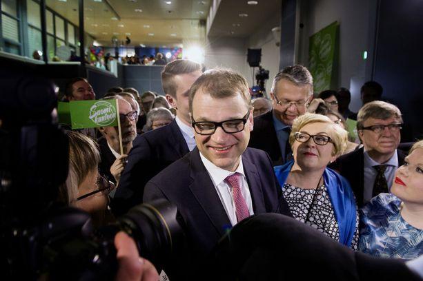Keskustapuolueen puheenjohtaja Juha Sipilä iloitsi eduskuntavaalien voitosta vuonna 2015. Puolueen teemana oli tuolloin Suomi kuntoon!