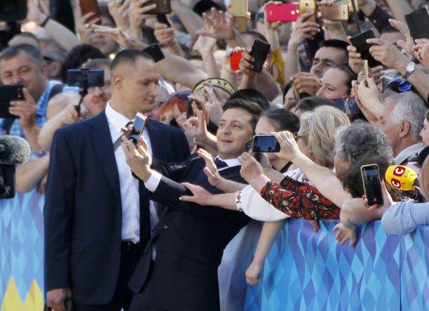 Tuore presidentti otti selfieitä kannattajiensa kanssa.