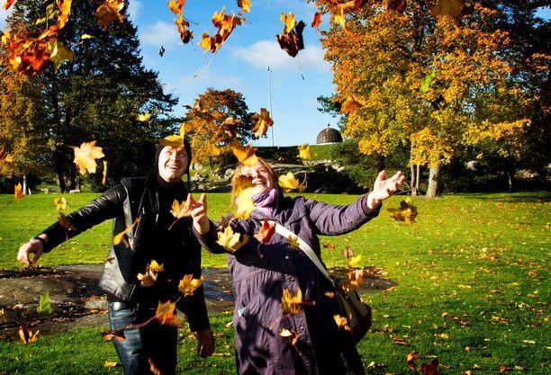 Moskovasta Helsinkiin saapuneet sisarukset Ilya ja Julia Bergovski nauttivat aurinkoisesta syyspäivästä syksyllä 2011.