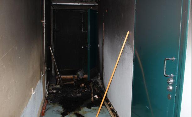 Kerrostalon porraskäytävää sytetttiin palo.
