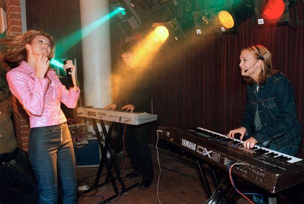 Janina Fry on itsekin esiintynyt laulajana. Vuonna 2000 häntä säesti Miisa.