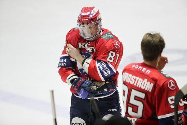 Yohann Auvitu loukkaantui ja poistui kaukalosta TPS:n Aleksi Anttalaisen taklattua häntä perjantain ottelussa.