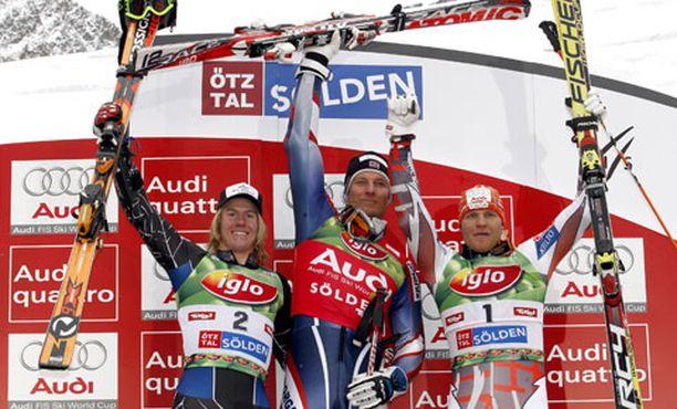 Ted Ligety (vas.), Aksel Lund Svindal ja Kalle Palander nousivat palkintokorokkeelle suurpujottelukauden avauskisassa.