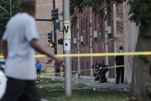 Poliisi tutki yhtä ammuskelupaikkaa Chicagon Austinissa sunnuntaina.