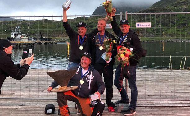 Suomalaisjoukkue vei voiton kansainvälisessä kalastuskilpailussa Norjassa. Kuvassa etualalla Ville Laurila, ja takarivissä Mikko Korpi (vas.), Markus Salkari ja Timo Kontturi.