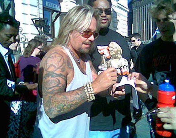 Mötley Crüen Vince Neil jakoi nimikirjoituksia Helsingissä maanantaina.