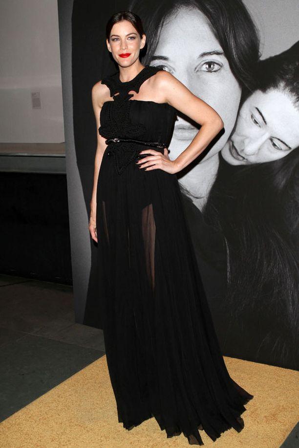 Liv Tyler oli illan tyylikkäimpiä. Huomaa tähden muodikas punaoranssi huulipuna.