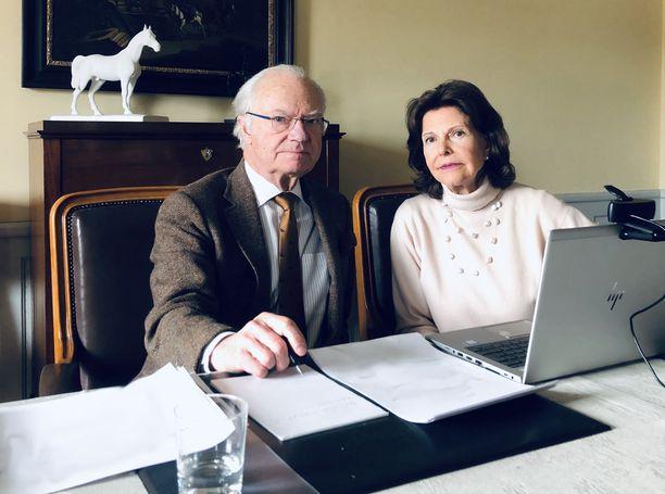 Kaarle Kustaa ja Silvia hoitavat jatkossakin paljon työtehtäviään videopuheluin mutta linnasta käsin.