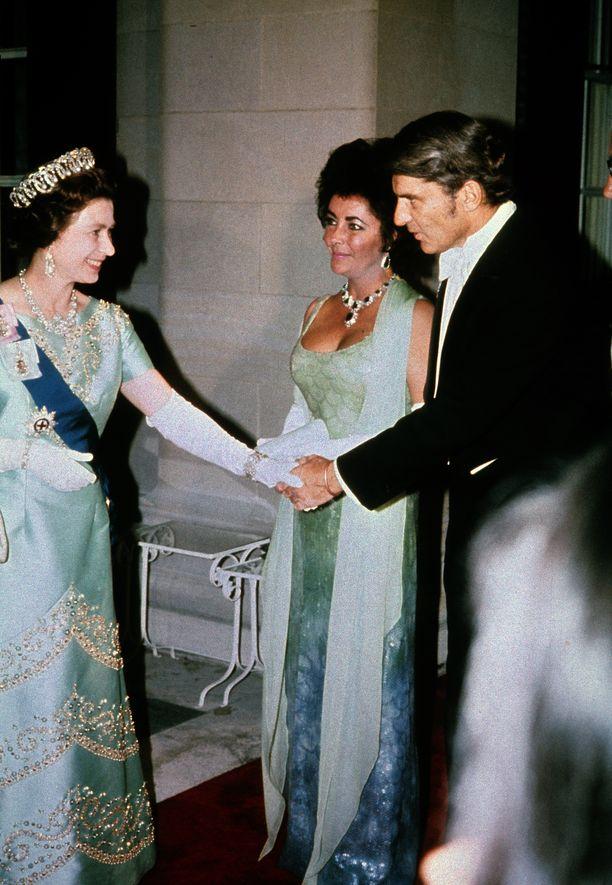Kuningatar Elizabeth II ja näyttelijä Elizabeth Taylor sävy sävyyn vuonna 1976.