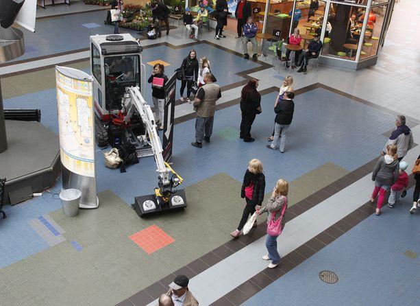 NÄKYVILLÄ Kauppakeskuksen asiakkaat pääsevät ihmettelemään kilpailijaa, jota myös vartiointiliike tarkkailee turvallisuussyistä jatkuvasti.