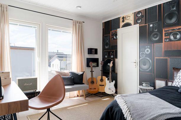 Jos teini-ikää lähestyvä lapsesi alkaa muistuttaa muusikkoa, tämä huone vetoaa häneen varmasti. Kauitin-aiheinen tapetti on vaikuttava valinta, ja kitarat toimivat sisustuselementteinä.