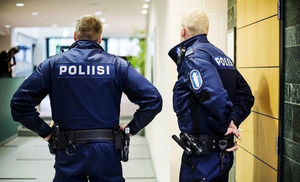 Poliisi sai käräjäoikeudelta kritiikkiä huonosti hoidetusta esitutkinnasta. Kuvituskuva, poliisit eivät liity tapaukseen.
