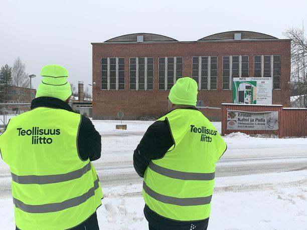 Lakkovahdit seisoivat tiistaina Heinolan Versowoodin liimapalkkitehtaan portilla.