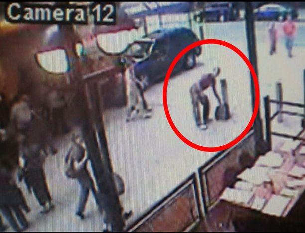 Pommi-iskun yrityksestä epäilty mies tallentui valvonta-kameraan.