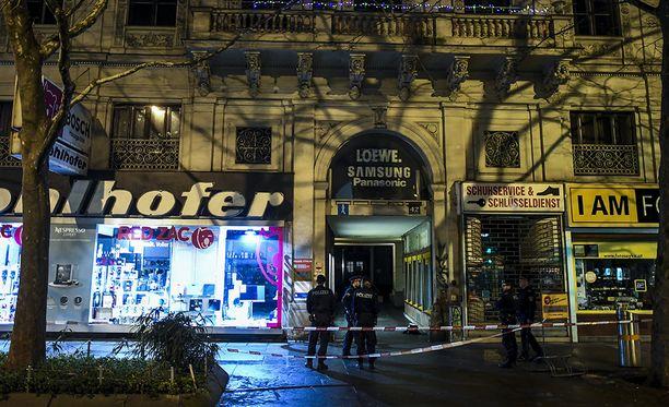 Neljä ihmistä sai hengenvaarallisia vammoja kahdessa puukotusiskussa Wienissä keskiviikkona. Poliisi tutkii, onko iskujen välillä yhteyttä.