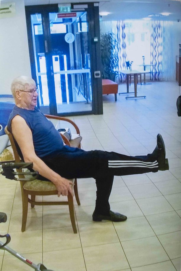 Pentti vetää toisille palvelutalon asukkaille edelleen tuolijumppaa.