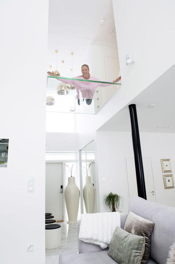 Läpinäkyvä lattia on yksi asunnon erikoisuuksista.