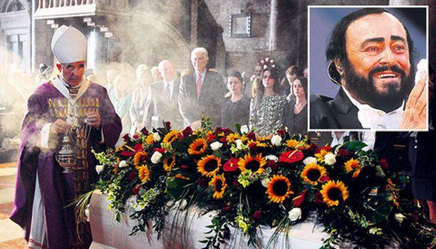 Maailmankuulu tenori Luciano Pavarotti siunattiin haudan lepoon kotikaupungissaan Modenassa.