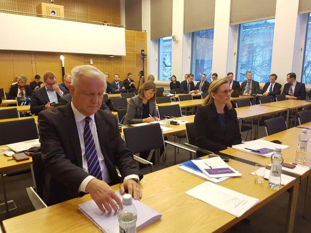 Suomen Pankin pääjohtaja Olli Rehn ja vt. ennustepäällikkö Meri Ostbaum valmistumassa tiistain tiedotustilaisuuteen.