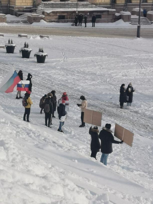 Mielenosoittajat noudattavat avin kokoontumisrajoituksia.