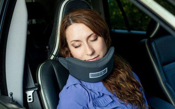 Tyynyä voi käyttää myös autossa.