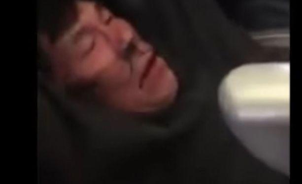 Useat matkustajat kuvasivat kännyköillään videoita Daon väkivaltataisesta retuuttamisesta lentokoneessa.