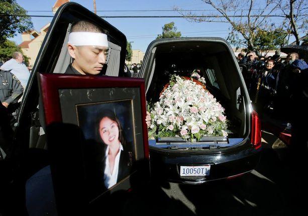 San Trinh piti käsissään morsiamensa Tin Nguyenin kuvaa tämän hautajaisissa lauantaina Kalifornian Santa Anassa. Nguyen ammuttiin San Bernardinossa.