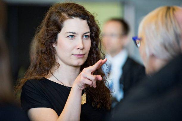 Emma Kari lentää Ruotsiin opiskelemaan ruotsia. Hintaa matkalle kertyy 3840 euroa.