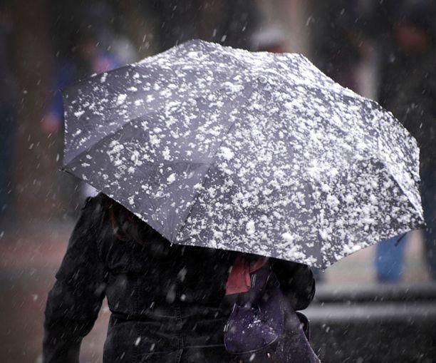 Lauantaina Etelä- ja Länsi-Suomessa ei ole ainakaan paras mahdollinen sää käydä pesettämässä autoa. Tiedossa on vesi- ja räntäsateita.