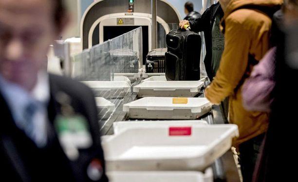 Schipholissa voi nyt nostaa käsimatkatavarat hihnalle purkamatta niitä. Uudet läpivalaisulaitteet mahdollistavat niiden riittävän tarkan tutkimisen.