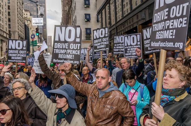 Mielenosoittajia Trump Towerin edustalla New Yorkissa päivä sen jälkeen, kun Comey oli erotettu.