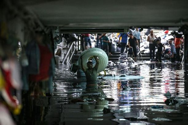 Istanbulin Suuri basaari tulvi rankkasateen vuoksi lauantaina.