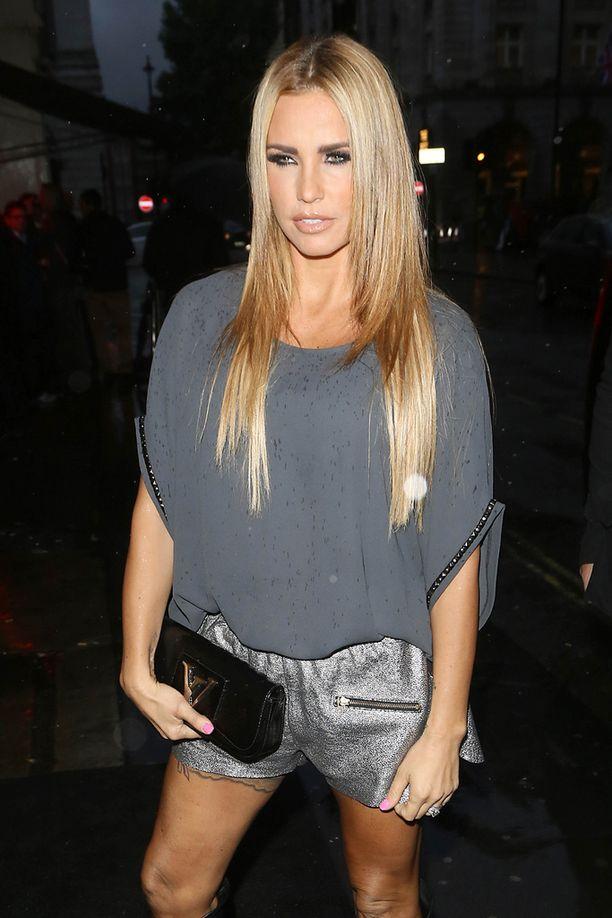 Glamour-mallina toimiessaan Katie Price käytti nimeä Jordan.